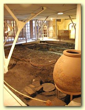 تعد منطقة ملوي إحدى المناطق الأثرية الهامة فى مصر، حيث كانت هذه المنطقة مسرحا للحضارات الفرعونية والإغريقية والرومانية.